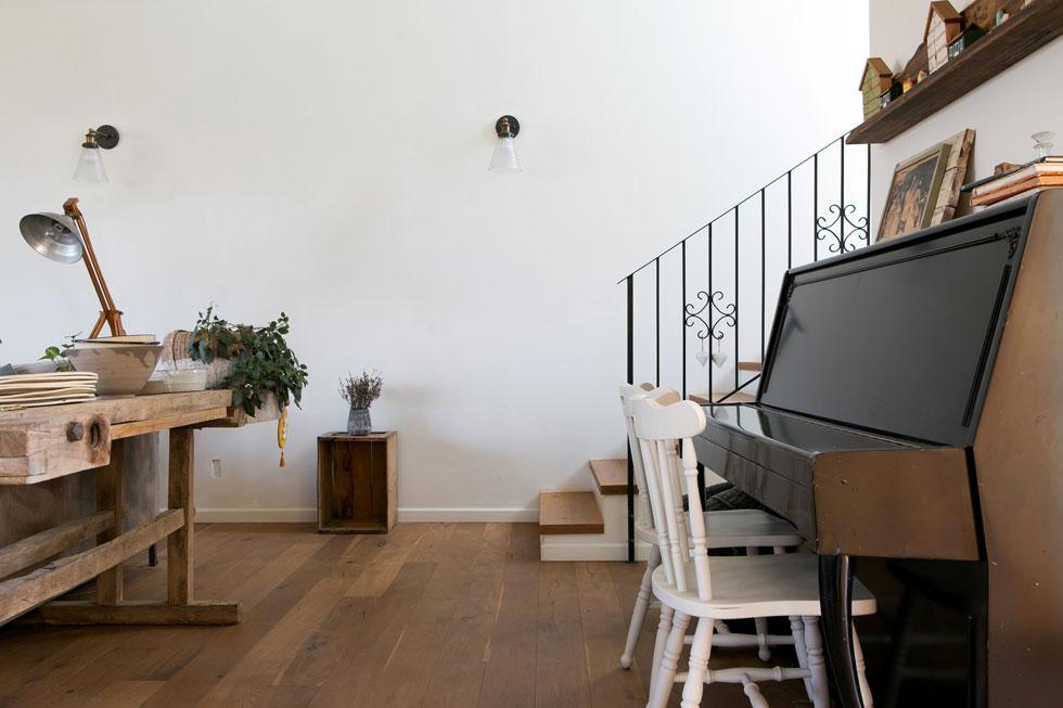 הפסנתר צמוד אל הקיר בפינת הנגינה. עתר מנגנת עליו, ונעם מנגן בחליל צד (צילום: שירן כרמל)