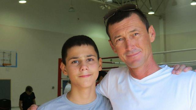 """סרגיי עם בנו. """"אבא היה רוצה שאתחרה באליפות אירופה"""" (באדיבות המשפחה)"""