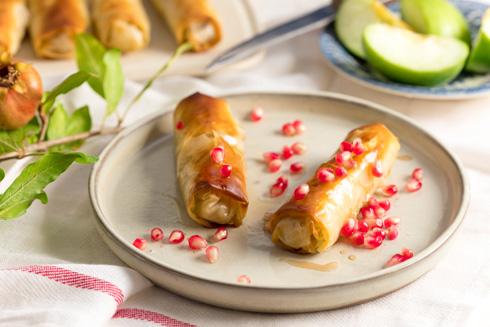 גלילי פילו במילוי תפוחים ברוטב דבש ורימונים (צילום: אפיק גבאי)