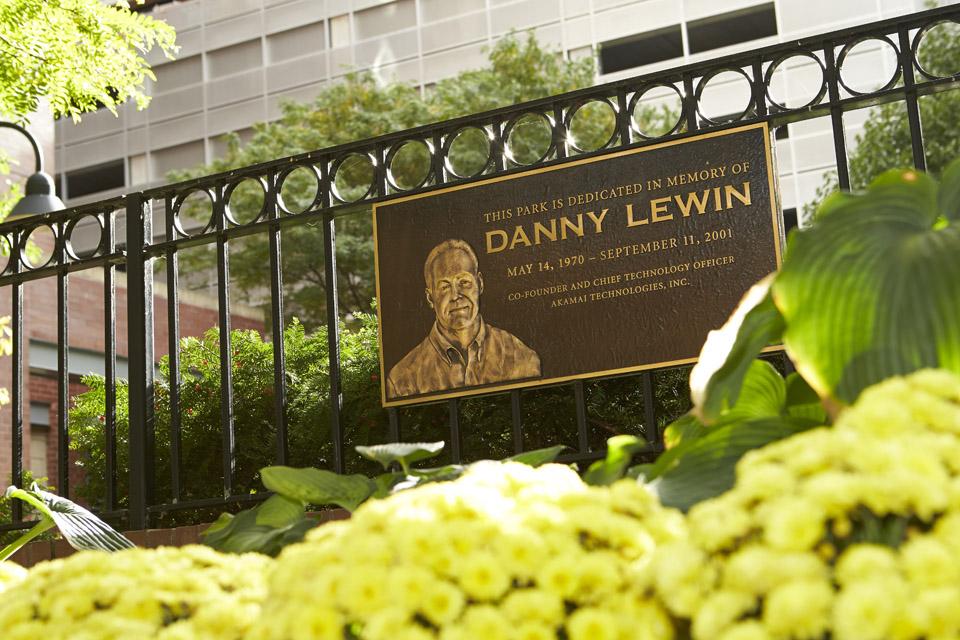 Памятная доска в честь Даниэля Левина. Фото: Peter Kaskons