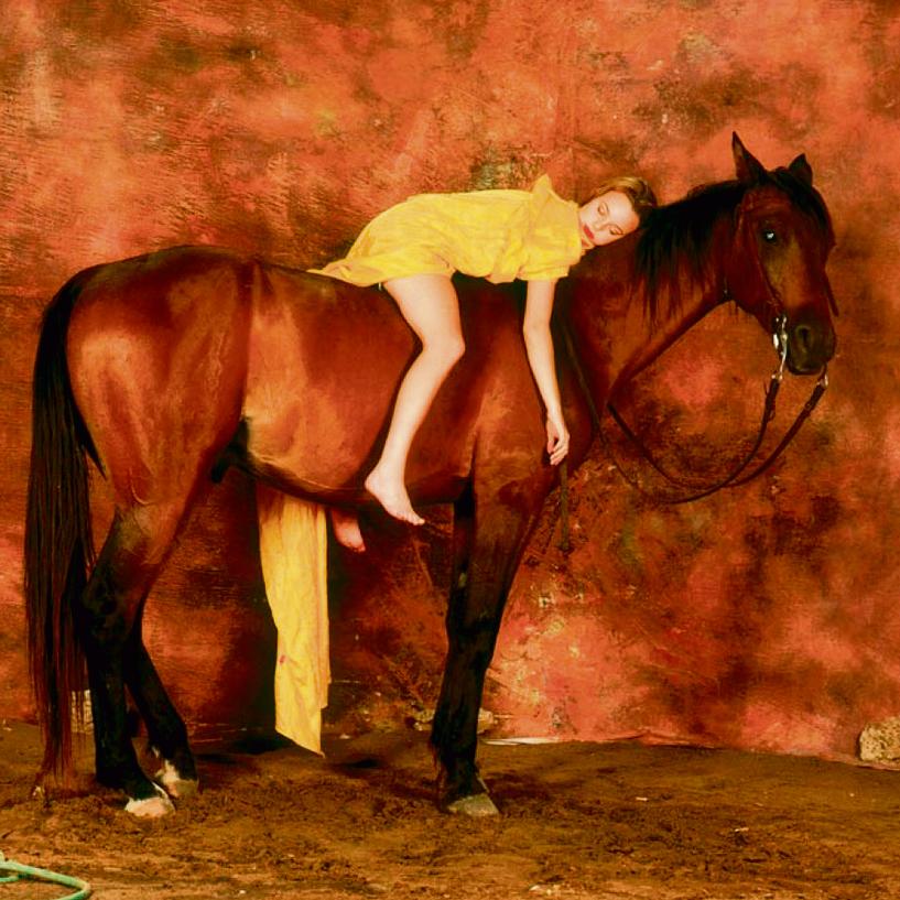 1994 . יעל בר־זוהר בגיל 15 . הצילום שבו רצה קירשנר לעורר מחאה על העסקת ילדות כדוגמנויות — ועורר סערה