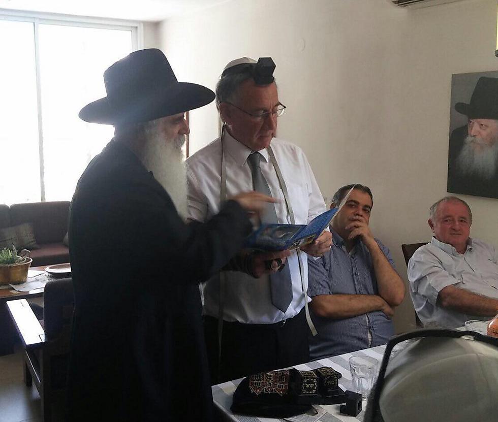 """ראש העיר, מלווה בחברי המועצה, הניח תפילין עם רבה של חב""""ד בהרצליה, ישראל הלפרין"""