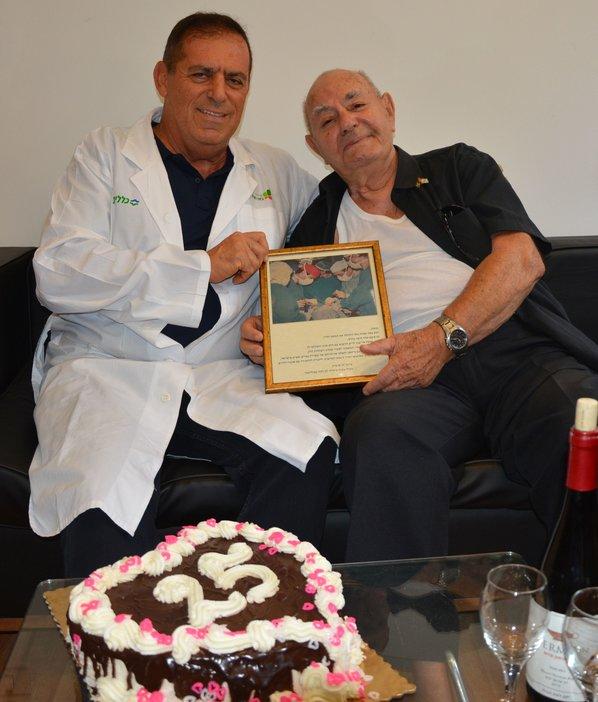 """Профессор Дан Аравот и Менаше Нисим. Фото: пресс-служба больницы """"Бейлинсон"""""""