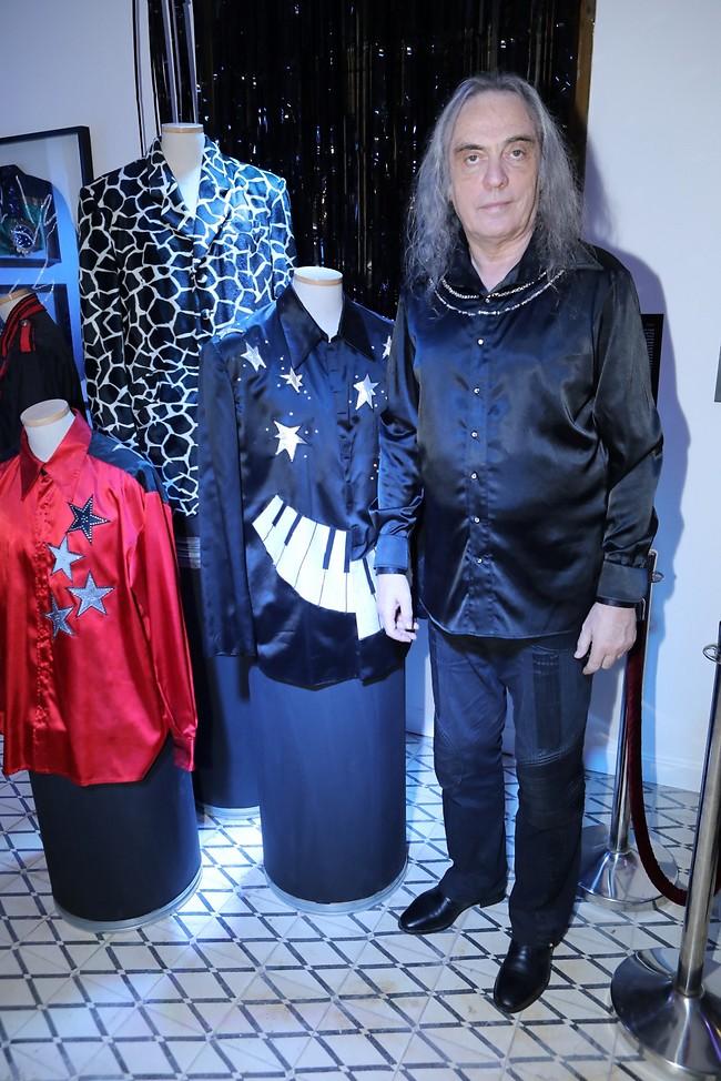 אז מה תלבש לשולחן החג? צביקה פיק והבגדים שבתערוכה (צילום: רפי דלויה)