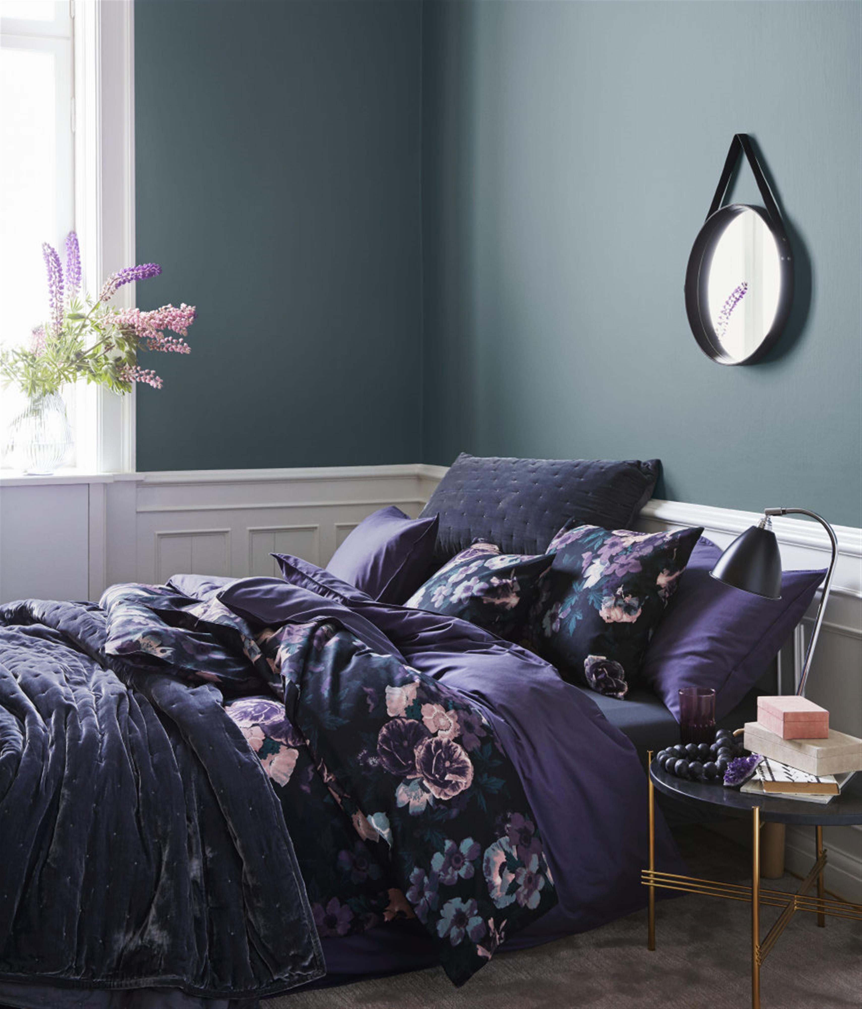קטיפה בכיסוי מיטה, עם הדפסים רומנטיים (צילום: הנס מוריץ, באדיבות H&M Home) (צילום: הנס מוריץ, באדיבות H&M Home)