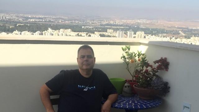 """אורן קדוש. יושב במרפסת המרווחת (צילום: יוח""""צ) (צילום: יוח"""