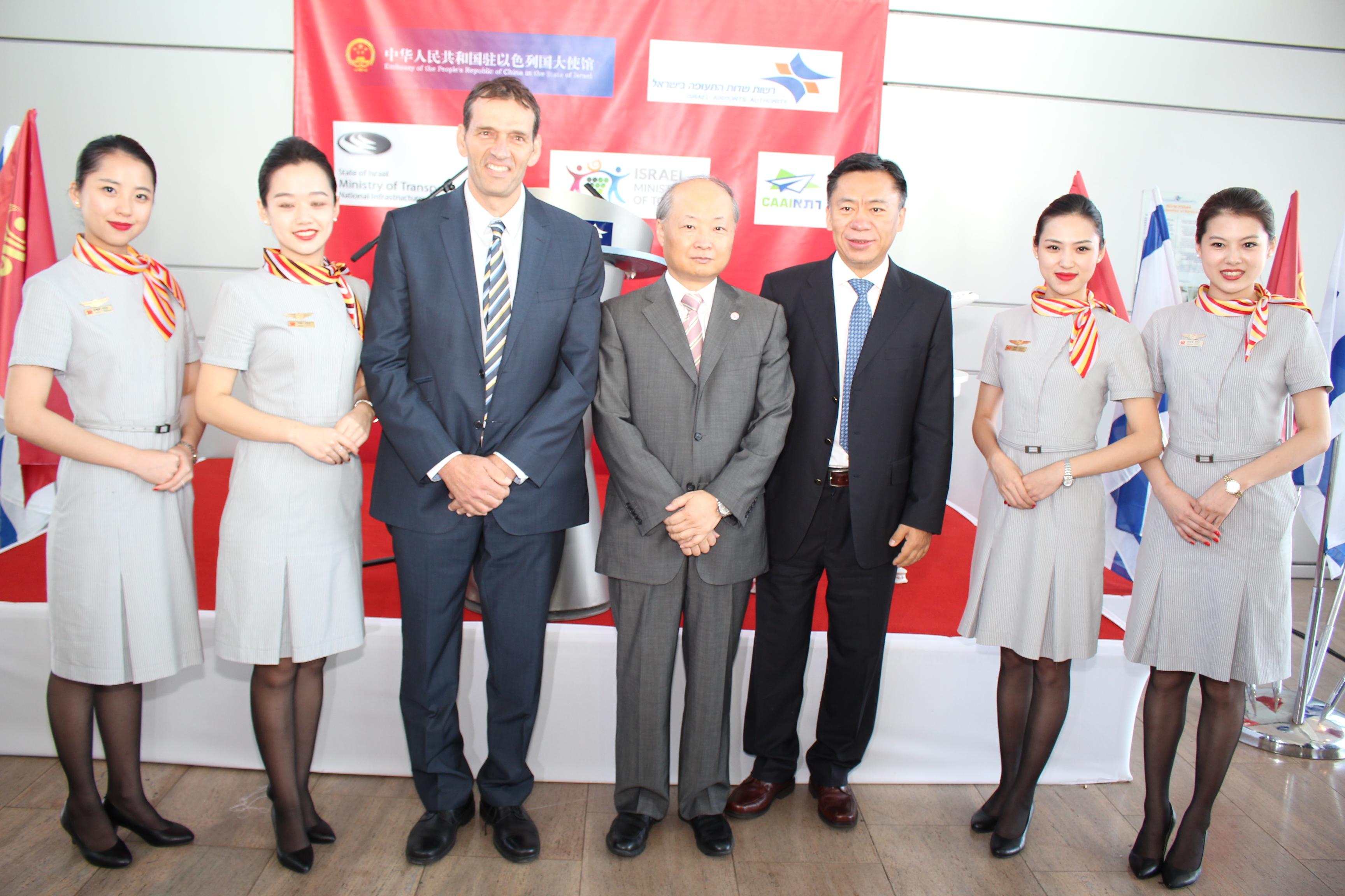 """מימין לשמאל:  שגריר סין בישראל Zhan Yongxin,  סגן נשיא היינאן איירליינס  Hou Wei ומנכ""""ל משרד התיירות אמיר הלוי (צילום: יקי צימרמן)"""