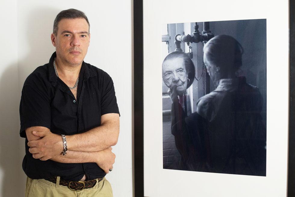 """יוסף ליד תמונה של בורז'ואה שצילם. """"אחרי תקופה ארוכה של שיחות איתה התחלתי להשתחרר, עד שקיבלתי את עצמי כהומוסקסואל"""" (צילום: אלון פרס)"""