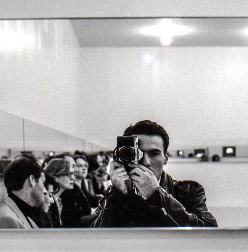 """אדר יוסף מצלם את עצמו. """"אמן לא יכול להיות אקדמאי"""" (צילום: אדר יוסף)"""