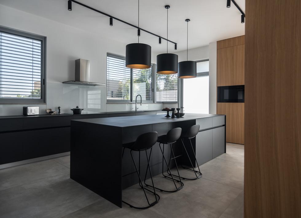 במטבח אי רחב ידיים (3.3 מטר אורכו) ודומיננטי בעיצובו ובפונקציונליות שלו  (צילום: גלעד רדט, סטיילינג צילומים: לינוי לנדאו)