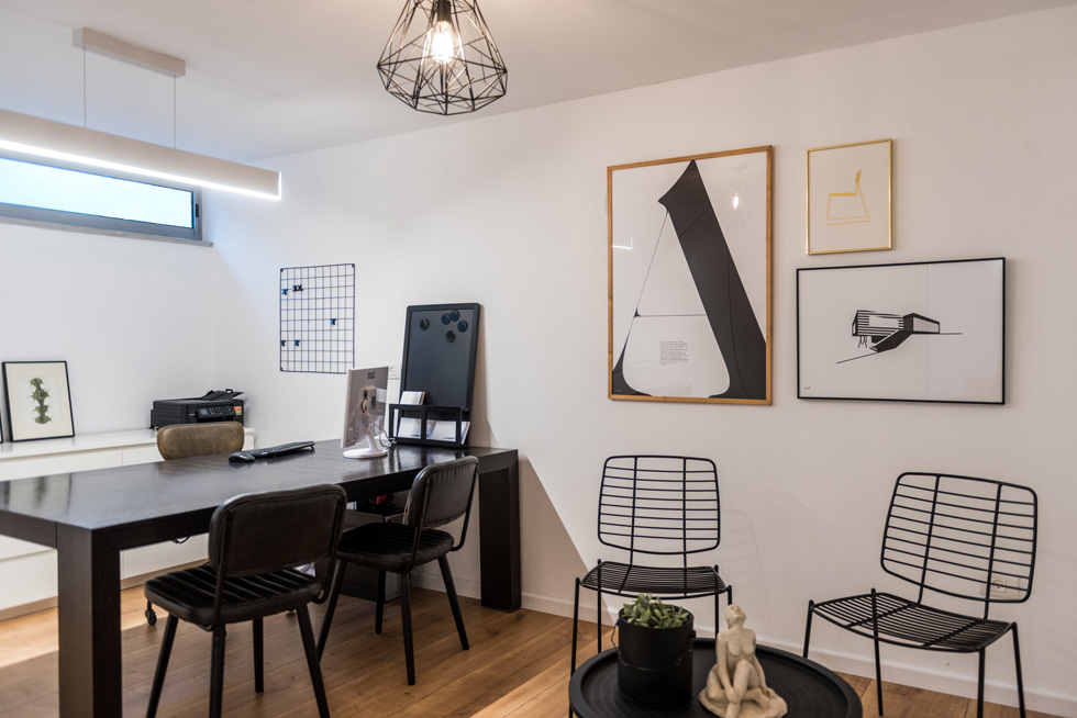 חדר עבודה מודרני ונקי בסגנון סקנדינבי במרתף. ניצול מקסימלי של החלל עם אחסון אלגנטי מתחת לגרם המדרגות (צילום: גלעד רדט, סטיילינג צילומים: לינוי לנדאו)