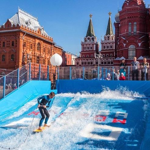 מנצלים את מזג האוויר הנעים: מוסקבה חוגגת הרבה שנים ()