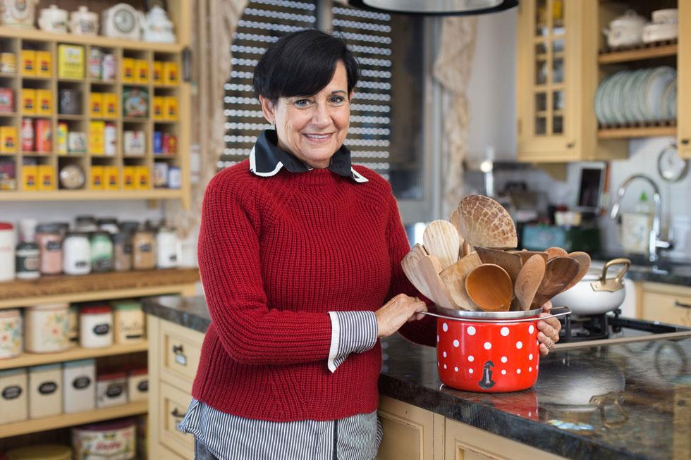 הסבתא היתה רות סירקיס של שווייץ. אסנת לסטר במטבח ביתה בנתניה (צילום: אלון פרס)