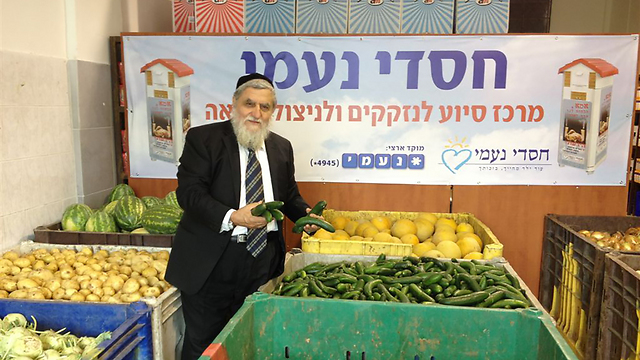 """יו""""ר חסדי נעמי הרב יוסף כהן במחסני העמותה, השבוע ()"""