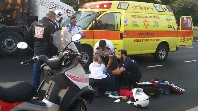 """זירת התאונה בתל אביב, הבוקר (צילום: תיעוד מבצעי מד""""א)"""