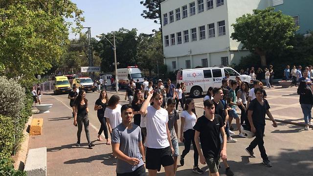 """תלמידים מפונים מתיכון בליך, הבוקר (צילום: תיעוד מבצעי מד""""א)"""