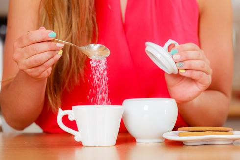 הסוכר מתחבא במזונות רבים, לא רק בקפה שלכם (צילום: Shutterstock)