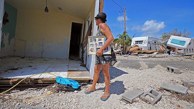 """""""עכשיו צריך להתחיל שוב מחדש"""". לאורה קוסטלו ליד ביתה ההרוס בעיר מרתון, פלורידה קיז (צילום: MCT)"""
