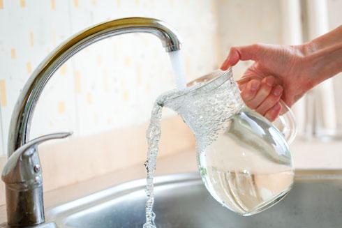לבישול משתמשים במים קרים מהברז ולא במים חמים מהדוד: במים החמים מתמוססים חומרים מהצנרת (צילום: Shutterstock)