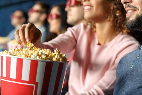 979 קלוריות! זה מה שמכיל גביע פופקורן גדול בקולנוע (צילום: Shutterstock)