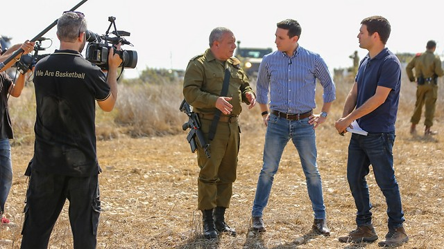 Eisenkot with Ynet's Attila Somfalvi and Yoav Zitun at the IDF Northern Command drill (Photo: Yaron Brenner)