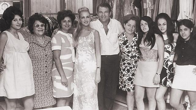 מייסד החברה אהרון קסטרו (באמצע) בצעירותו (ארכיון קסטרו)