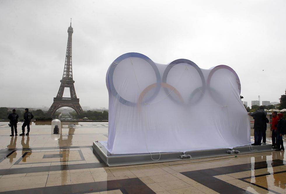 הטבעות האולימפיות על רקע מגדל אייפל. יהיה שמח בפריז (צילום: AP) (צילום: AP)