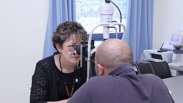 """ד""""ר תמר פדות קלויזמן במהלך הכנה לניתוח (צילום: זהר שחר)"""