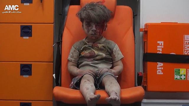 תיעוד הילד עומרן שחולץ בחיים מההריסות אחרי הפצצה בחלב - וריגש רבים בעולם (צילום: AP)