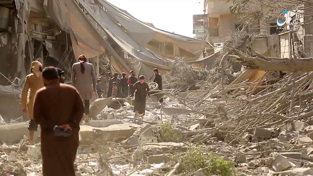 """תמונה מסרטון שפרסמה """"סוכנות הידיעות"""" של דאעש - תיעוד תוצאות הפצצה בסוריה (צילום: AP)"""