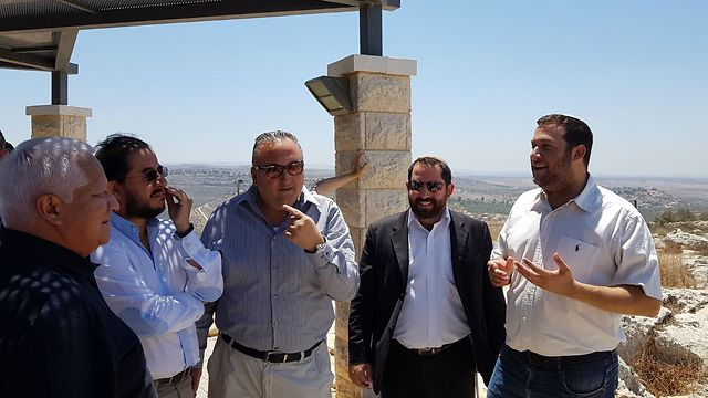 Samaria Regional Council Chief Yossi Dagan (R) and PES party Chairman Dr. Hugo Eric Flores to his right (Photo: Roee Hadi) (Photo: Roee Hadi)