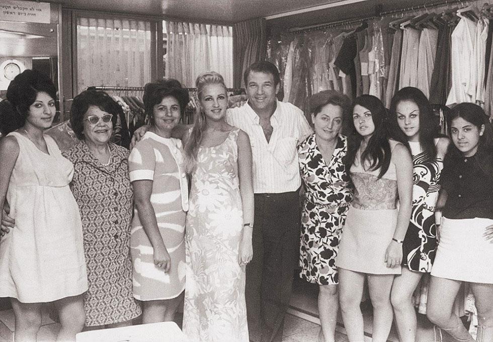 """אהרון קסטרו במרכז, בראשית ימי החברה. """"את יודעת, לא תמיד הייתי בגיל הזה, אני אפילו לא יודע איך הגעתי אליו"""" (צילום: ארכיון קסטרו)"""