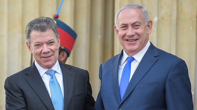 Prime Minister Netanyahu, right, with former Colombia president Juan Manuel Santos (Photo: AFP)