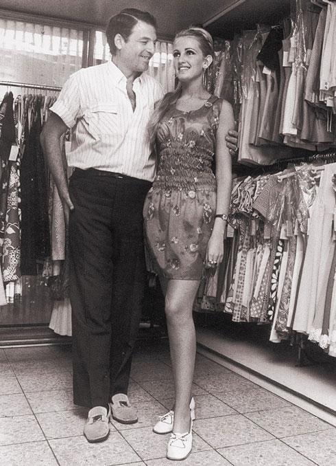 אהרון קסטרו מארח את הדוגמנית מושית ציפורין (מלכת היופי לשנת 1970) בחנות הראשונה ברחוב אלנבי בתל אביב, 1965 (צילום: ארכיון קסטרו)