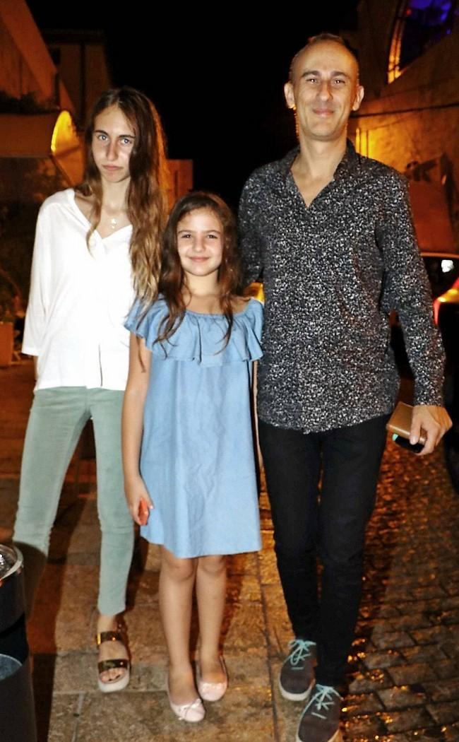 מהצד של החתן או הכלה? אסף אמדורסקי עם הבנות מילה ונינה דבש (אמיר מאירי)