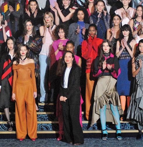 קריסטל קושה (במרכז), מתוך תצוגת החורף שנערכה בתיאטרון פולי ברז'ר (צילום: יפה עירון קוץ)