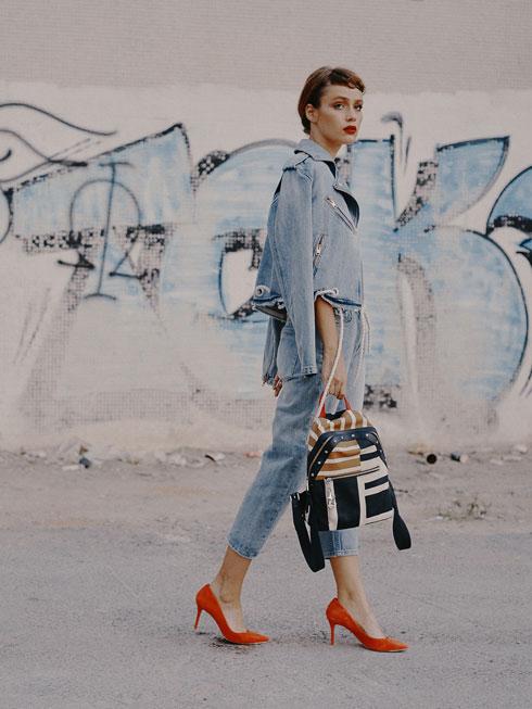 נעליים: אלדו, תיק: טומי הילפינגר, ז׳קט ומכנסיים: דיזל (צילום: עומרי לוי)