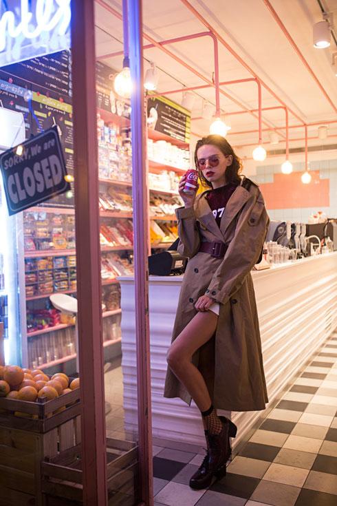 משקפיים: ריי-באן ללוקסוטיקה, חולצה: קסטרו, מעיל וחגורה: זארה, מכנסיים וגרביים: H&M, נעליים: אלדו (צילום: רותם ברק)