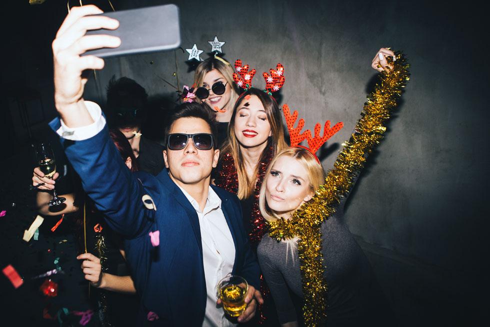 העולם עבר לציית לחוקים חדשים: לייקים מחליפים יחסים, עוקבים במקום חברים, והכמות של שניהם קובעת עד כמה אנחנו נהנים בחיים (צילום: Shutterstock)