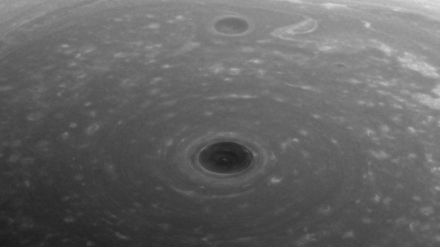 """הקוטב הצפוני של שבתאי (צילום: נאס""""א)"""