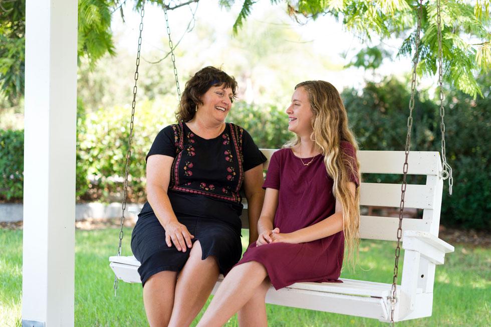 נעמה וענת בגינה המשפחתית. ''עשייה נותנת משמעות לחיים'', מסכמת האם. ''כשבונים משהו לילדים ולנכדים - זו משמעותה של ההמשכיות'' (צילום: יונתן בלום)