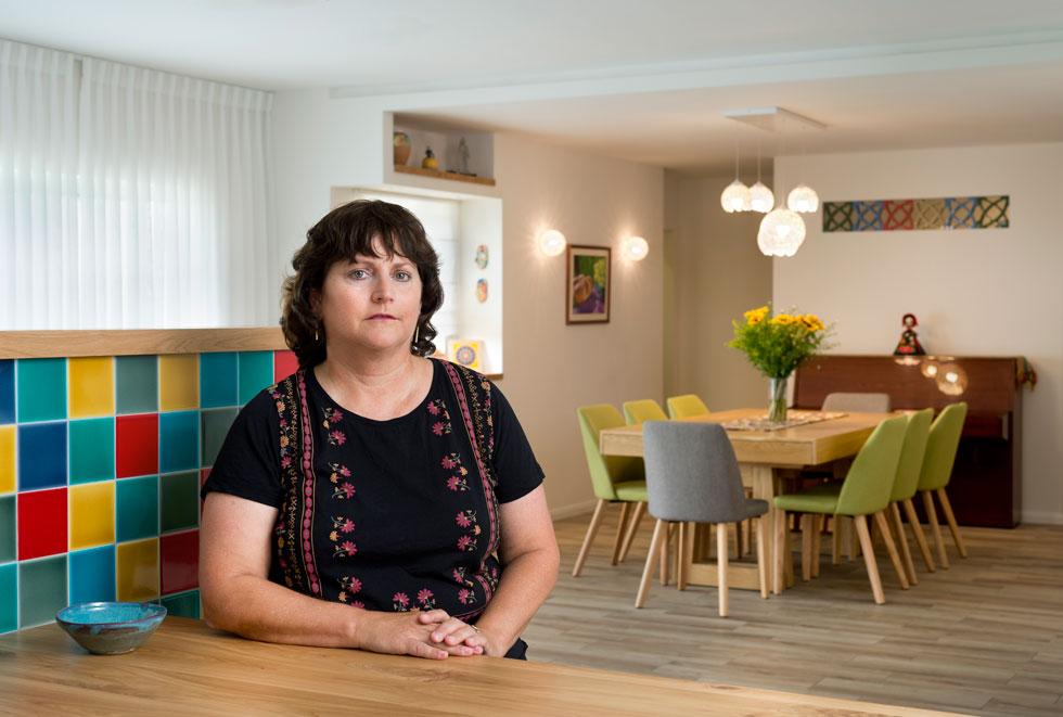 ענת אריאל, אמה של תמר, בבית המשפחתי המשופץ במושב משואות יצחק. ''אני מדברת עם תמר כל הזמן'', היא אומרת. ''היא חיה איתנו'' (צילום: יונתן בלום)