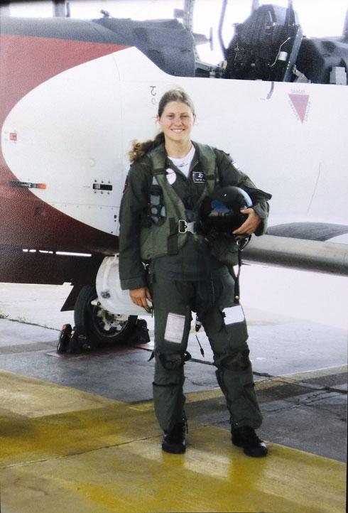תמר בקורס טיס. ''כשאני שומעת רבנים שונים על שירות בנות בצבא, אני אומרת שאם למישהי מתאים להיות בצבא - היא תדע לשמור על עצמה'' (צילום: אלבום פרטי)