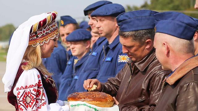 קבלת פנים לחיילים רוסים לקראת המבצע בבלארוס (צילום: AP, Vayar Military Agency)