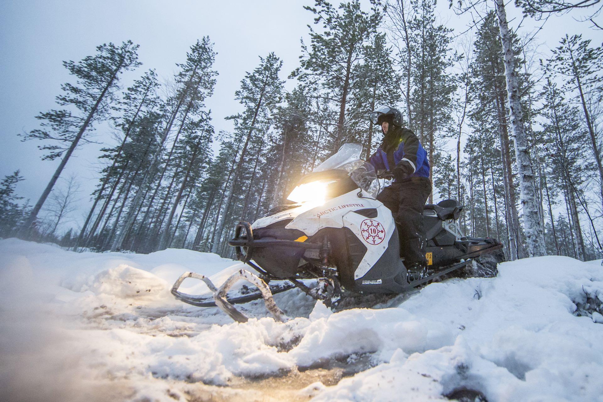 שלושה ימים על אופנועי שלג. אקסטרים זה כאן. (באדיבות קשרי תעופה)