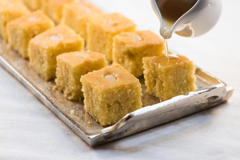 """עוגת סולת ים תיכונית בטעם דבש-לימון (צילום: דודו אזולאי. הכלים באדיבות """"קדם"""", כפר מל""""ל)"""