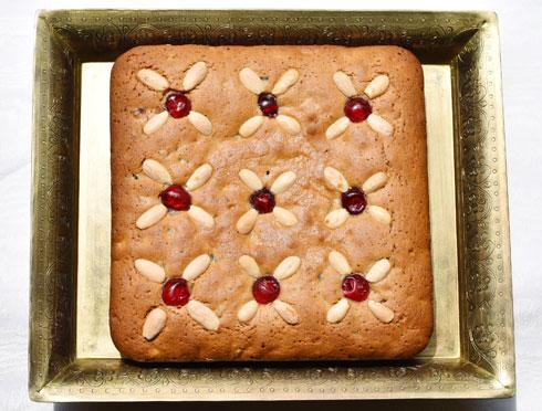עוגת דבש משובצת בפירות יבשים ומסוכרים (צילום: ענת צרפתי)