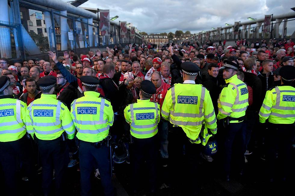 ההמון הגרמני מול השוטרים האנגלים (צילום: EPA)