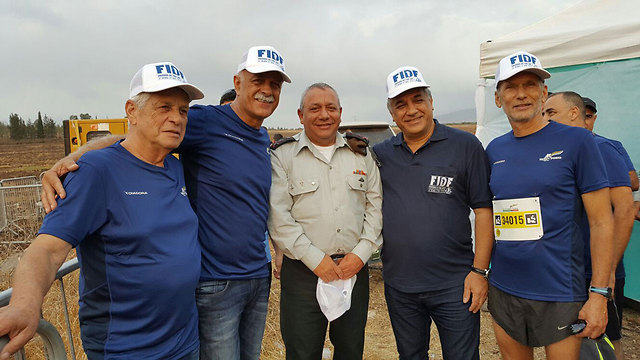 Eisenkott (C) poses at the race, with Labor MK Omer Bar-Lev (R) and other members of the FIDF (Photo: Elad Sasi Media)