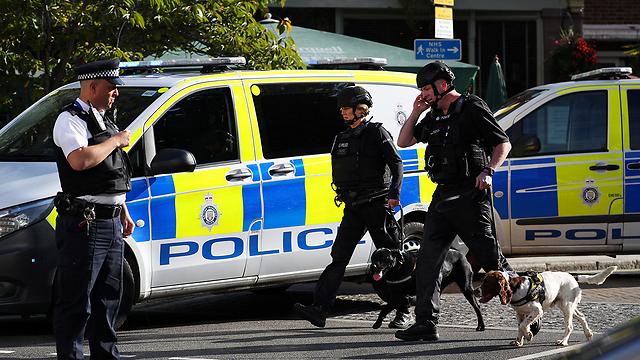 כוחות הביטחון הבריטיים בזירת הפיגוע אתמול (צילום: רויטרס)